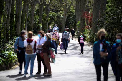 Varias personas pasean por el interior de los Jardines de Sabatini (Madrid) en abril