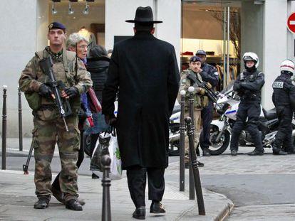 Policías y soldados franceses, durante una operación de vigilancia, este lunes en el barrio judío de París.