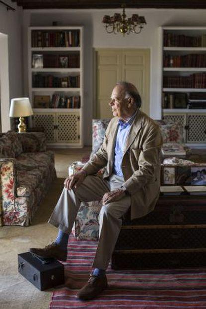Falcó, en el salón de su casa, donde no faltan numerosas fotos familiares con sus hijos y nietos.