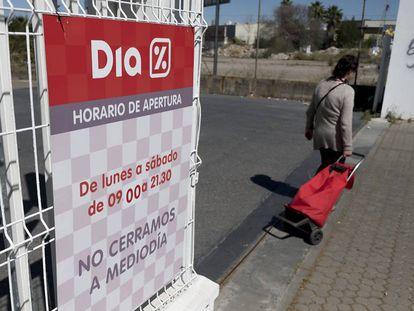 Una clienta entra en un establecimiento Dia en Sevilla.