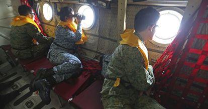 Personal militar de Singapur durante la búsqueda del vuelo de Malaysia Airlines MH370.