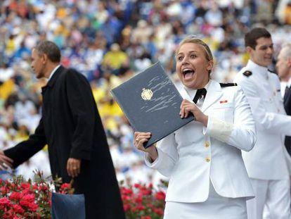 Una cadete celebra su graduación mientras el presidente Barack Obama felicita a otros nuevos miembros del Ejército en la Academia Naval de Annapolis (maryland).