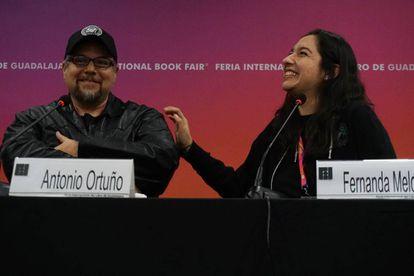 Los escritores mexicanos Antonio Ortuño y Fernanda Melchor, en la Feria del Libro de Guadalajara de 2017.