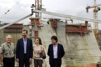Don Felipe y doña Letizia en una visita a las obras del Canal de Panamá en octubre de 2012.
