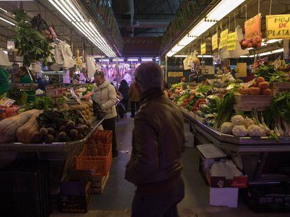 Fruterías con productos latinos en el mercado de Maravillas en la calle Bravo Murillo.