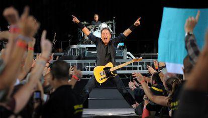 Bruce Springsteen, anoche durante su actuación en el estadio olímpico de Barcelona.