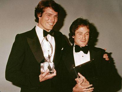 Christopher Reeve con su amigo, el actor Robin Williams, en el backstage de los People's Choice Awards en 1979.