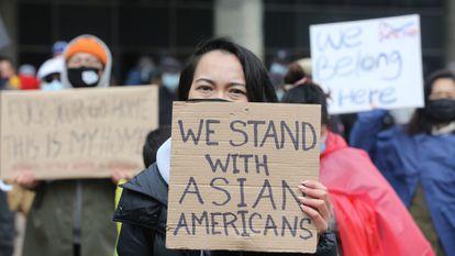 Una manifestación contra el odio a los asiáticos en Nathan Phillip Square en Toronto.