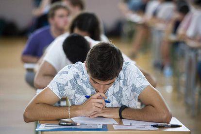 Un estudiante lee uno de los exámenes de la prueba de acceso a la Universidad, este martes en Menorca.