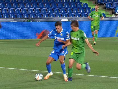 El delantero Hugo Duro pisa a Le Normand en la acción señalada como penalti favorable al Getafe el pasado lunes en el Coliseum.