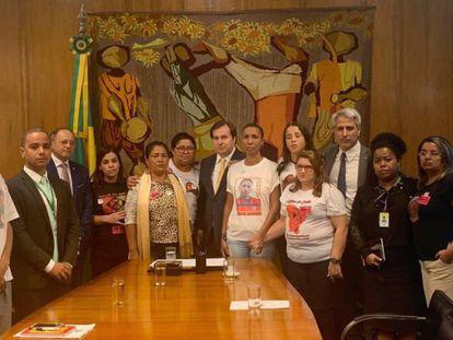 Un grupo de madres cuyos hijos han sido asesinados por policías con el presidente de la Cámara de Diputados, Rodrigo Maia.