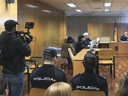 De espaldas, detrás de sus abogados y sentada en una silla, Sonia Bedoui, acusada de asesinar a su hijo recién nacido, este martes.