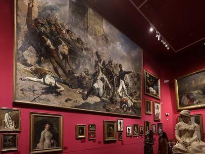 Una de las salas del Museo Víctor Balaguer de Vilanova i la Geltrú, donde en 1981 Erik el Belga robó casi 70 piezas. No pudo con el enorme Sorolla, pero si se llevó el retrato de la mujer de Antonio Caba, izquierda, y con un interior de Rusiñol, al fondo a la derecha.