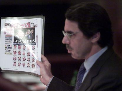 """José María Aznar muestra una información en la que se califica a IU """"cómplices de asesinato"""", en 2003."""