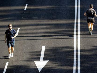 Varios madrileños practican deporte en el Paseo de la Castellana de Madrid este domingo.