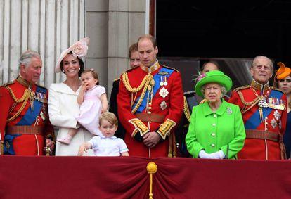 Isabel II y los miembros más destacados de la familia real británica: el principe Carlos, el príncipe Guillermo y Kate Middleton con sus dos hijos, y Felipe de Edimburgo, marido de la soberana, en 2016.