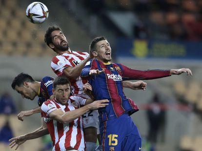 Raúl García cabecea el balón tras ganar la disputa a Lenglet.
