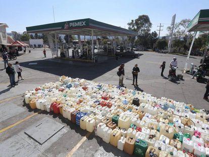 Cientos de bidones esperan una carga de gasolina en Morelia.