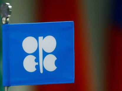 La bandera de la OPEP durante una reunión de los países que la integran