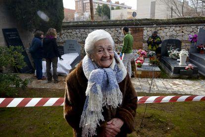 Ascensión Mendieta, en 2016, durante la exhumación de la fosa de su padre, Timoteo, fusilado en noviembre de 1939.