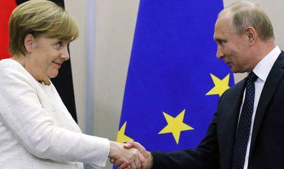 Angela Merkel y Vladímir Putin este viernes en Sochi, Russia.