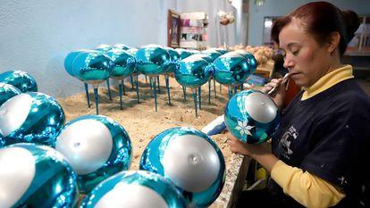 Una artesana elabora esferas en Chignahuapan, México.