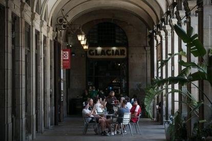 Turistas llenan las terrazas de la plaza Real, en Barcelona.