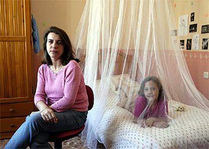 Rosa María García, junto a su hija alérgica al polen del olivo.