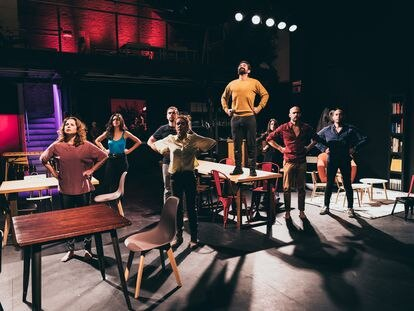 Los ocho actores de la obra 'Cluster' durante un ensayo