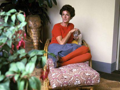 Marella Agnelli posa para el 'Vogue' en 1967 en una silla de ratán en su villa italiana. |