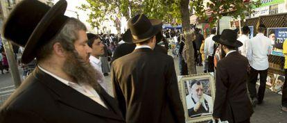 Judíos ultraortodoxos caminan junto a un retrato del difunto líder espiritual sefardí, Ovadia Yosef, el pasado octubre en Jerusalén.