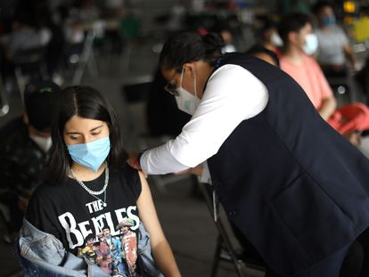 Una joven recibe la vacuna contra la covid en Ciudad de México, el pasado 22 de septiembre.