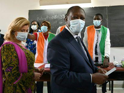Alassane Ouattara y su esposa Dominique Ouattara a su llegada a un colegio electoral de Abiyán el pasado sábado durante las elecciones.