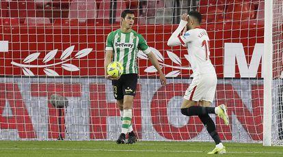En-Nesyri celebra su gol ante la desolación de Mandi.