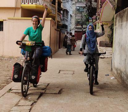 Yesenia, con camiseta verde, es una enfermera canaria varada en India.