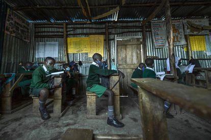 Los alumnos se sientan distanciados en un aula en el colegio Destiny Junior de Mathare, uno de los barrios más deprimidos de Nairobi, en Kenia, el 4 de enero de 2021.