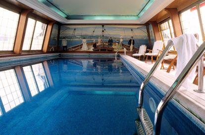 La piscina del hotel Le Bristol, en París, simula la proa de un barco.