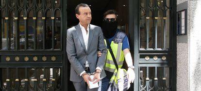 José Luis Aneri sale detenido de su casa después de cuatro horas de registros.