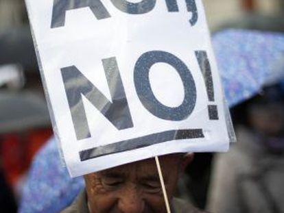 Manifestante con un cartel contra los recortes, ayer en Madrid.
