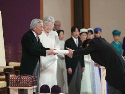 En su último discurso, el emperador ha deseado  paz y felicidad para el pueblo japonés y para el mundo entero . Centenares de personas han seguido la ceremonia en el exterior del palacio imperial