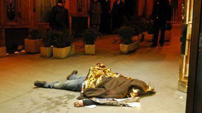 El cuerpo de un fallecido en el tiroteo de la discoteca Heaven de Madrid.