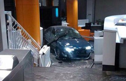 El vehículo, empotrado en el interior de la sede del PP.
