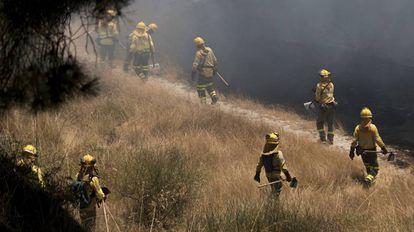 Un retén del Infoca se adentra en una zona incendiada el pasado fin de semana.