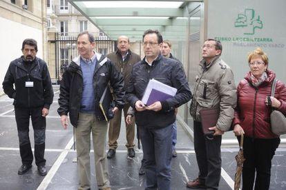 Representantes locales de Treviño, en las puertas del Parlamento vasco.