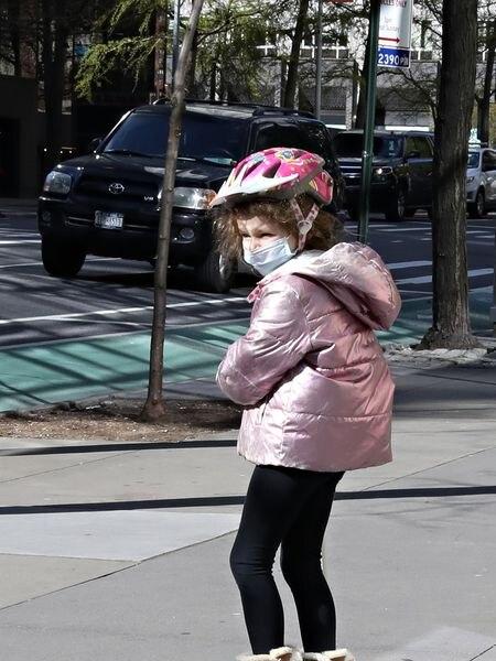 Una niña con mascarilla y casco el lunes en Nueva York.