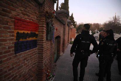 Pintura negra sobre una bandera republicana en La Almudena, al lado del homenaje a las Trece Rosas.