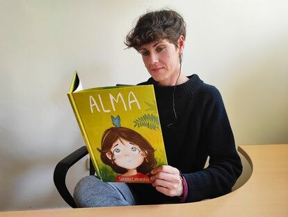Sandra Carmona, directora de Altramuz Editorial, lee su libro, 'Alma'.