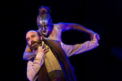 Blanca Portillo, en su papel de Tiresias, y Antonio Gil (Creonte), en una escena de <i>Antígona.</i>