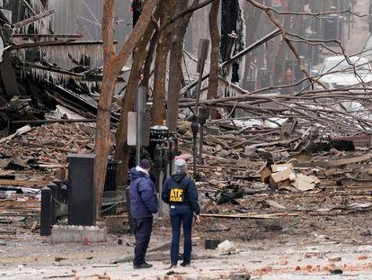 Personal del servicio de emergencias trabaja en el lugar de la explosión, este viernes en Nashville.