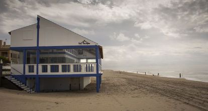 El chiringuito La Carpa se construyó en 2012 en la playa de Matalascañas, un núcleo turístico ubicado dentro del término de Almonte (Huelva).